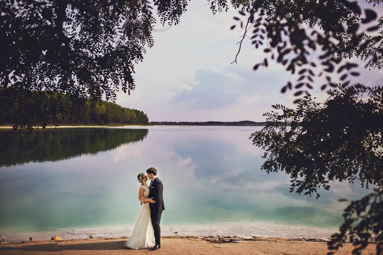 Plener ślubny nad lazurowym jeziorem 1